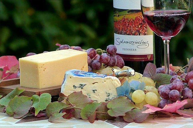 ワイングラスとチーズ