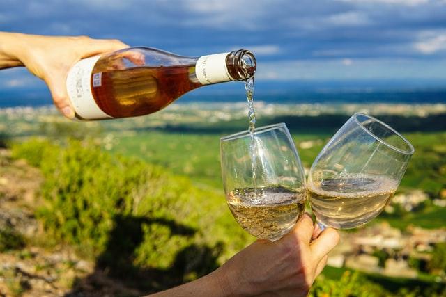 晴れた空の下でワイン