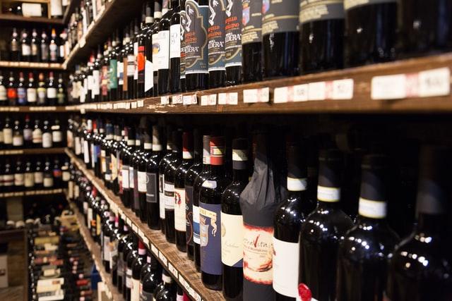 ワインがたくさん並んだ棚