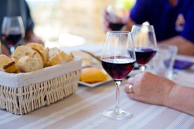 ピクニックのワイングラス